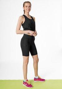 2XU - Shorts - black/dotted black logo - 1