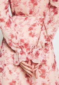 NA-KD - TIE STRAP OVERLAP DRESS - Day dress - rose - 6