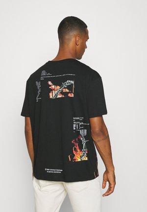 WIRE FLAME TEE - Print T-shirt - black