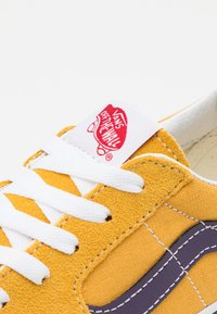 Vans - SK8-LOW UNISEX - Skate shoes - honey gold/purple - 5