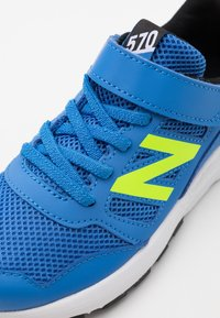 New Balance - YT570BK UNISEX - Zapatillas de running neutras - blue/lime - 5