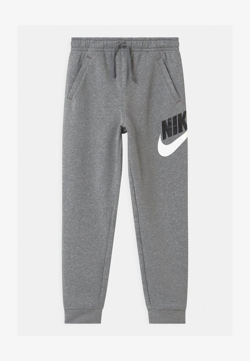 Nike Sportswear - PLUS CLUB - Tracksuit bottoms - carbon/smoke grey
