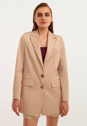 MIT BOYFRIEND CUT - Short coat - pecan