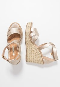 Dorothy Perkins - ROLLY ANKLE CHARM EDGE STAIN WEDGE - Sandály na vysokém podpatku - gold - 3