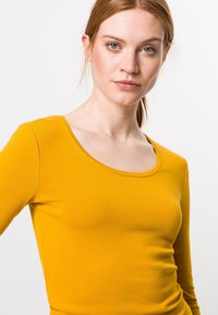zero - MIT RUNDHALSAUSCHNITT - Long sleeved top - saffron - 3