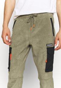 Columbia - FIELD ROC™ BACKBOWL™ PANT - Teplákové kalhoty - stone green/black - 4