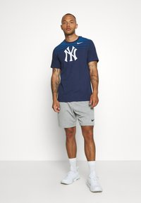 Nike Performance - MLB NEW YORK YANKEES STRIPE TEE - Klubové oblečení - midnight navy - 1