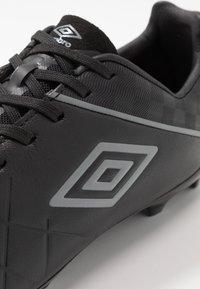 Umbro - MEDUSÆ III PREMIER FG - Scarpe da calcetto con tacchetti - black/carbon - 5
