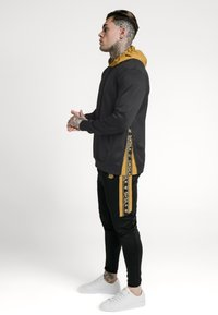 SIKSILK - PANEL TAPE OVERHEAD HOODIE - Jersey con capucha - black/gold - 4