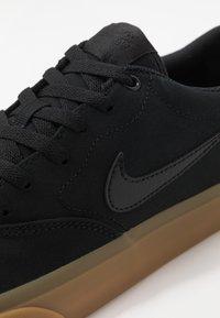 Nike SB - CHARGE - Sneakersy niskie - black/light brown - 5