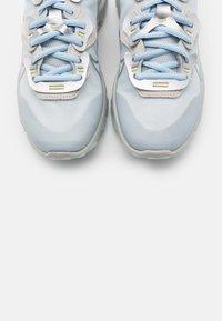 Nike Sportswear - REACT V2 - Zapatillas - celestine blue/metallic platinum/light silver/light bone/celestine blue/life lime - 5