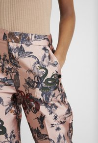 Scotch & Soda - PRINTED PANTS IN SHINY QUALITY - Bukse - pink - 3