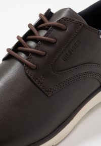 Tommy Hilfiger - LIGHTWEIGHT CITY SHOE - Casual lace-ups - brown - 5