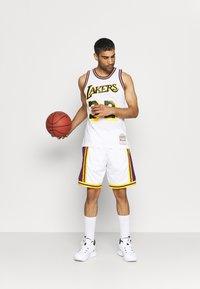Mitchell & Ness - NBA LOS ANGELES LAKERS RELOAD SWINGMAN MAGIC JOHNSON - Club wear - white - 1
