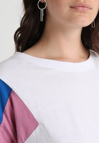 Urban Classics Curvy - 3-TONE SHORT - T-shirt print - white/brightblue/coolpink - 4