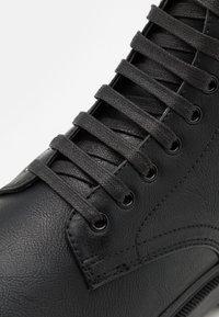 Topman - HECTOR - Šněrovací kotníkové boty - black - 5