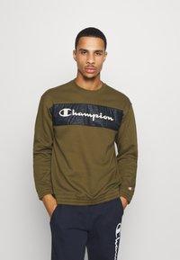 Champion - LEGACY HERITAGE TECH CREWNECK - Sweatshirt - olive - 0