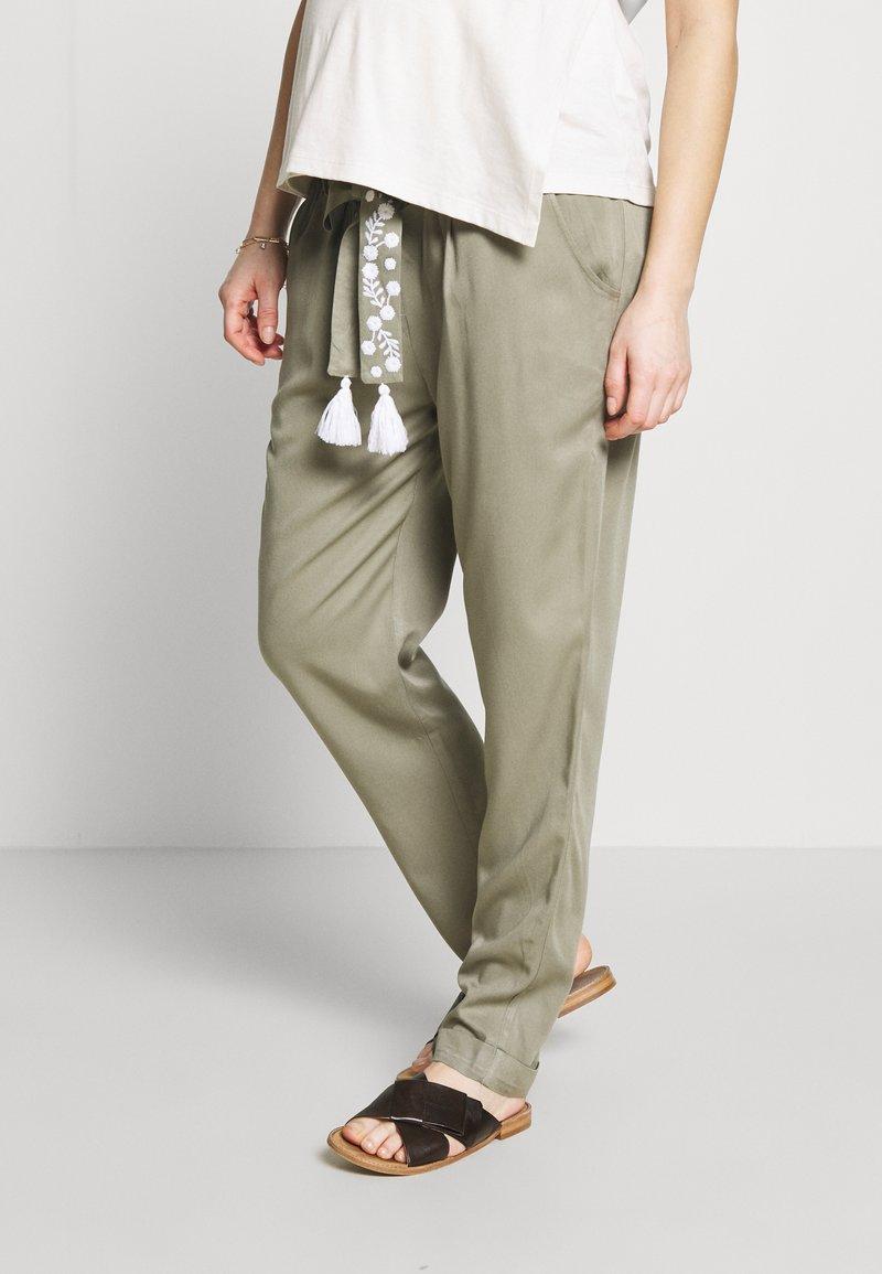 Mara Mea - NIGHT TRAIN - Spodnie materiałowe - khaki