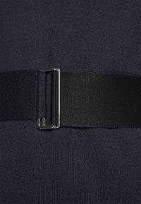 Victoria Beckham - BELTED  - Pletené šaty - navy/black - 7