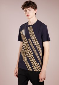 Versace Collection - T-shirt med print - blue - 0