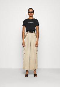 Calvin Klein - 2 PACK - T-shirt con stampa - black - 1