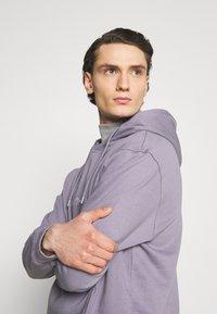 Mennace - ESSENTIAL SIGNATURE HOODIE UNISEX - Hoodie - murky violet - 3