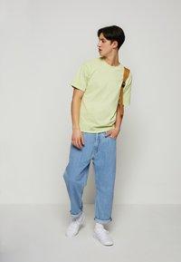 Levi's® - VINTAGE TEE - T-shirt - bas - greens - 1