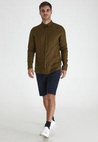 Tailored Originals - Camisa - dark olive - 1
