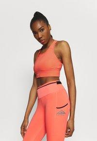 Nike Performance - BRA - Reggiseno sportivo con sostegno medio - magic ember/sequoia/aluminum - 3