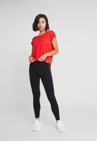 ONLY Play - ONPADINE CURVED BURNOUT TEE - T-shirt med print - flame scarlet - 1