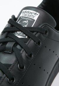 adidas Originals - STAN SMITH - Sneakers basse - black/white - 5