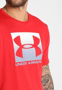 Under Armour - BOXED STYLE - Print T-shirt - red/steel - 4