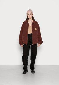 BDG Urban Outfitters - CREST BILLY JACKET - Lett jakke - burgundy - 1