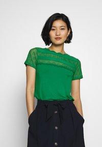 NAF NAF - OLILA - T-shirt imprimé - vert rio - 0