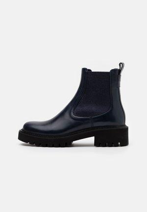 ROW - Kotníkové boty na platformě - firena