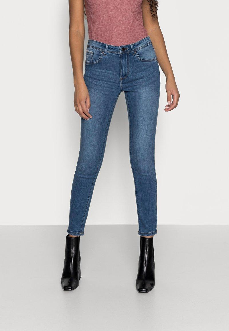 Vero Moda Petite - VMTANYA PIPING - Jeans Skinny Fit - medium blue denim