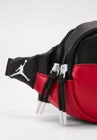 Jordan - CROSSBODY - Ledvinka - black/gym red - 3