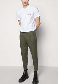 DRYKORN - CHASY - Chinos - mottled olive - 3