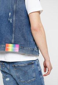 Calvin Klein Jeans - FOUNDATION TRUCKER VEST PRIDE - Waistcoat - painters blue - 5