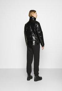 Karl Kani - OG GLOSSY PUFFER JACKET  - Winter jacket - black - 2