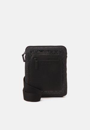 FLATPACK BLEND MONO - Across body bag - black