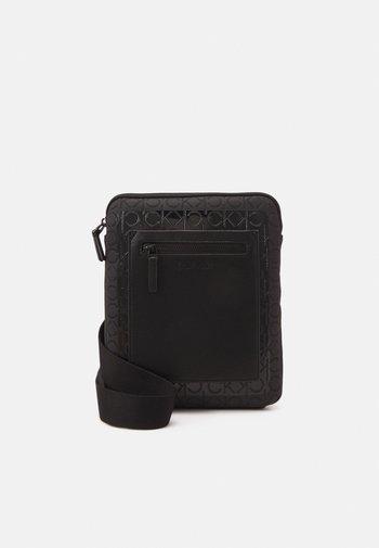FLATPACK BLEND MONO - Taška spříčným popruhem - black