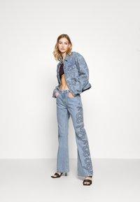 Milk it - SIDE SEAM SNAKE PRINT - Flared Jeans - light blue - 1