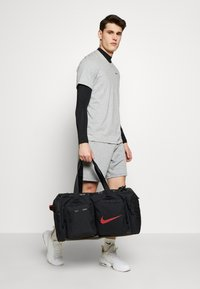 Nike Performance - UTILITY M DUFF - Sports bag - black/track red - 2