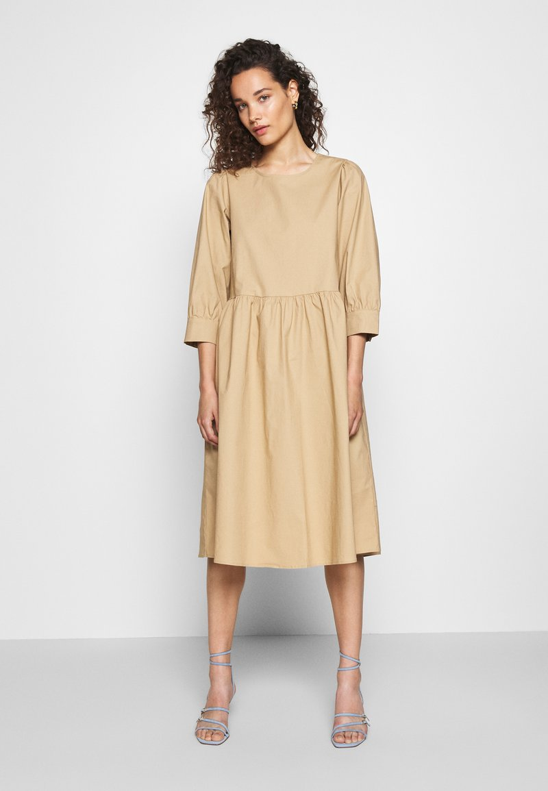 Moss Copenhagen - MINORA 3/4 DRESS - Denní šaty - travetine