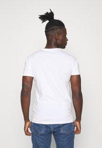Hollister Co. - TECH SOLIDS EMEA - Camiseta estampada - white - 2