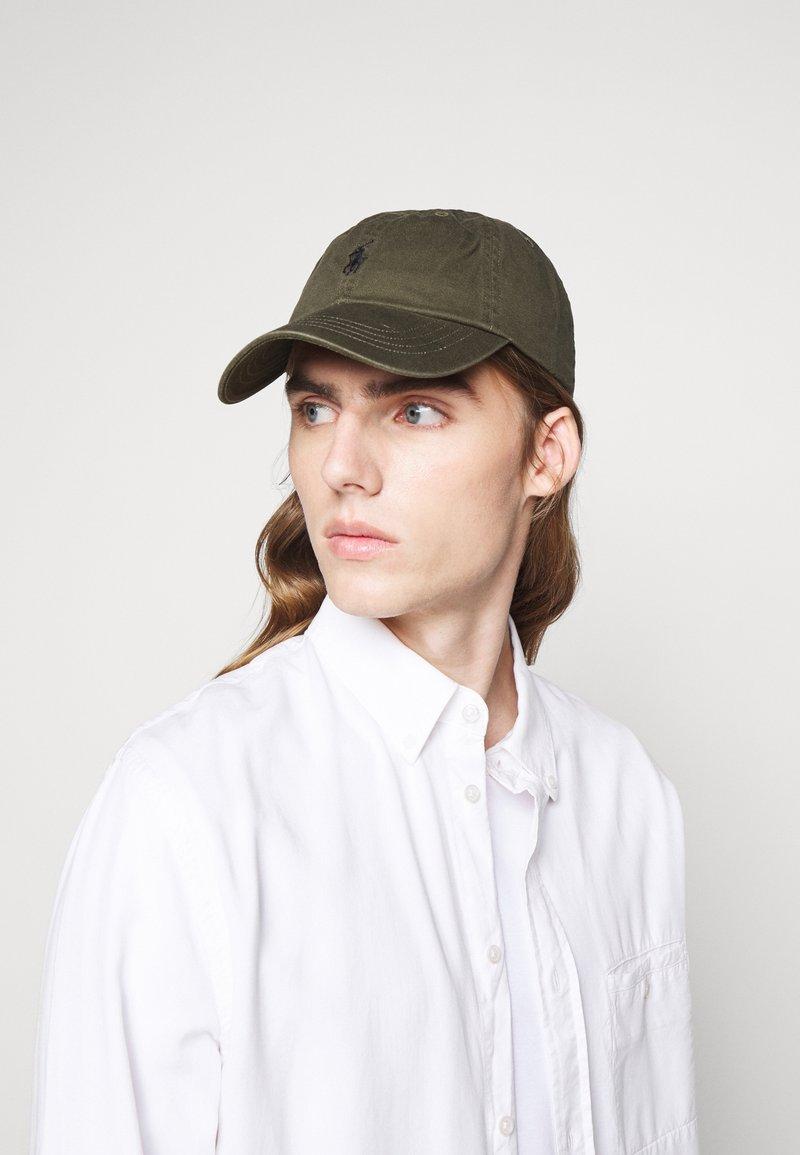 Polo Ralph Lauren - CLASSIC SPORT UNISEX - Keps - company olive