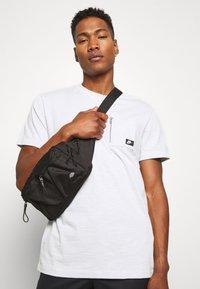 Nike Sportswear - T-shirt basic - photon dust - 3