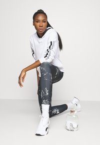 DKNY - CROPPED DROP SHOULDER HOODIE - Mikina - white - 1