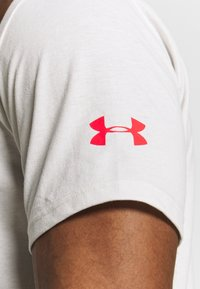Under Armour - PROJECT ROCK BRAHMA BULL  - T-shirt print - summit white/versa red - 5